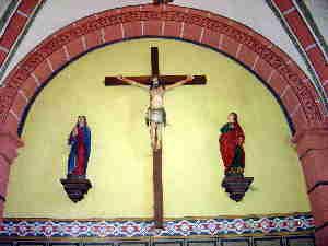 Kreuz über dem Eingangsportal